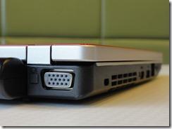 バッテリーの横にはVGAポートが。プロジェクターの接続や外部ディスプレイを利用できる。なお、固定用のネジは受け付けない仕様なので外れやすい。